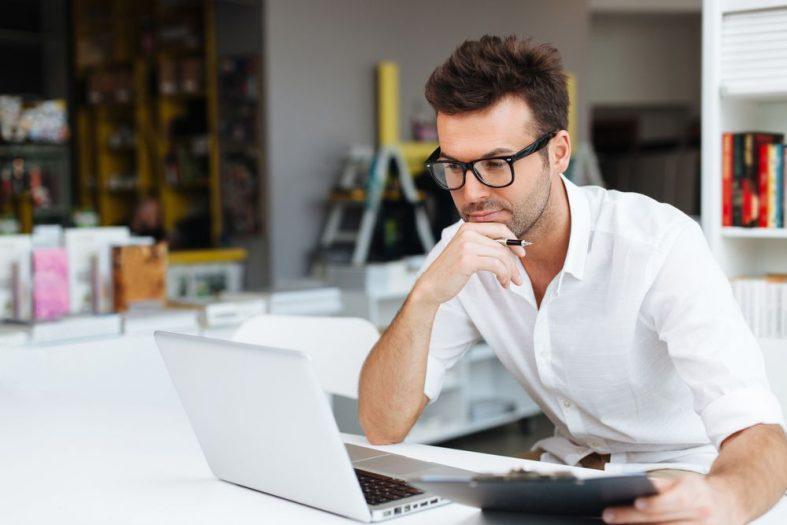 Empresario analisando os indicadores da no computador