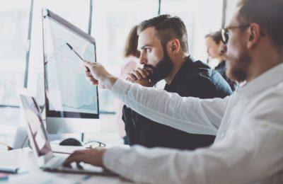 profissionais analisando o crescimento da empresa